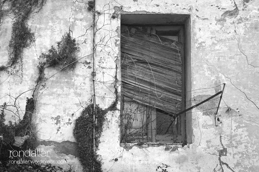 Passejada per El Papiol. Finestra d'una casa abandonada.