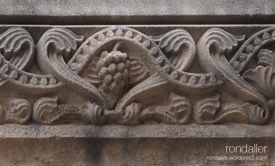 Passejada per El Papiol. Detall del fris decoratiu a l'exterior de l'església. Baix llobregat.