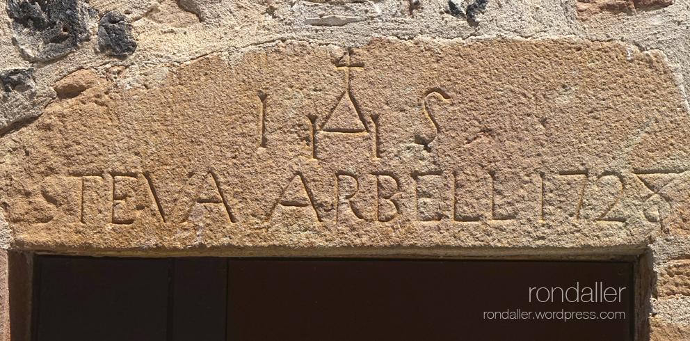 Llinda gravada a Santa Pau. Les creus a les portes.