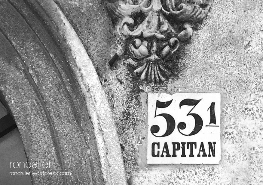 Cases d'oficials a Hostalric. Rajola a la porta del número 53 on s'allotjava un capità.