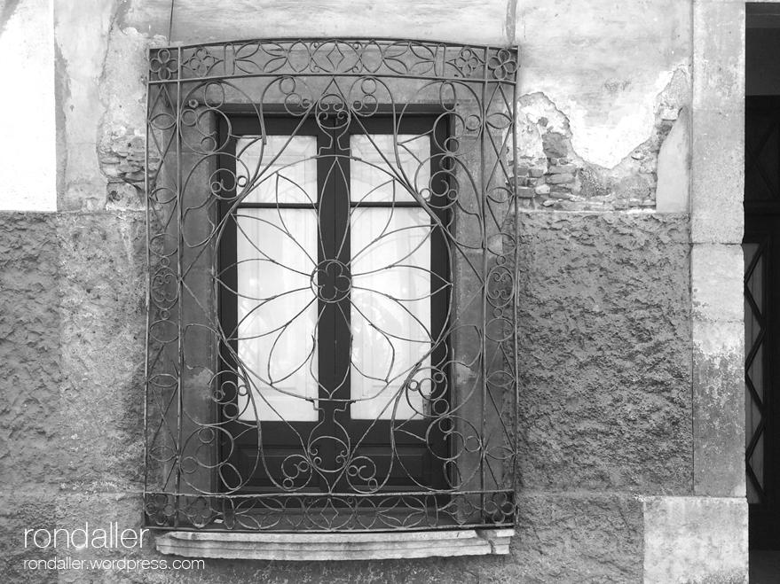 Reixa en una finestra. El judici al vescomte Ponç Hug de Cabrera. Hostalric. La Selva.