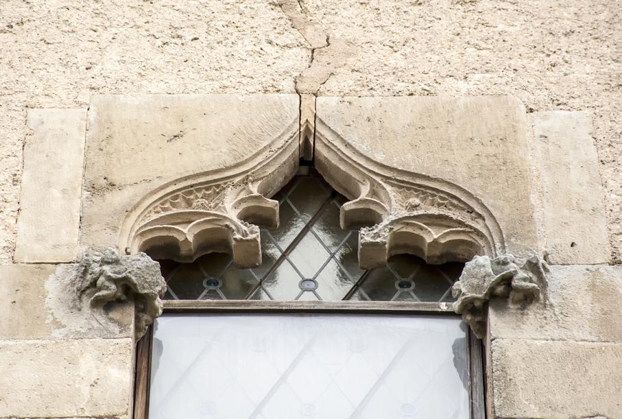 Finestra gòtica al castell de Papiol. Baix Llobregat.