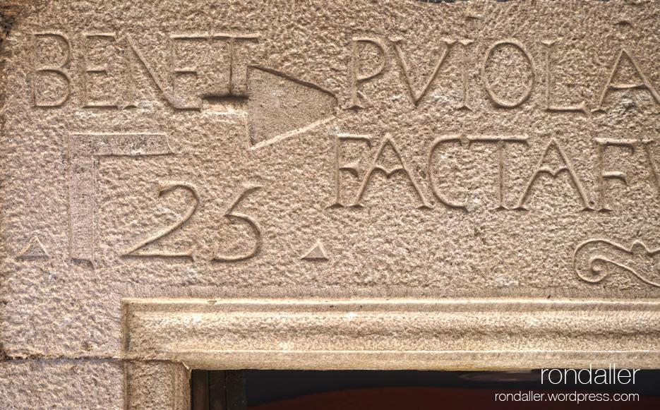 Llinda gravada a la vila medieval de Santa Pau. Garrotxa