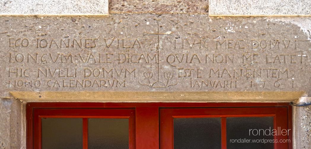 Llinda gravada a la vila medieval de Santa Pau