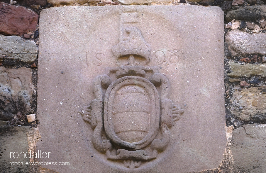 Detall d'un escut al castell de Santa Pau. Garrotxa