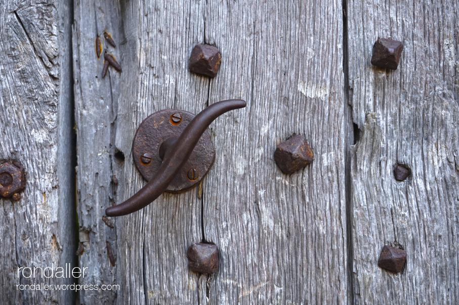 Detall de la porta del castell de Santa Pau. Garrotxa