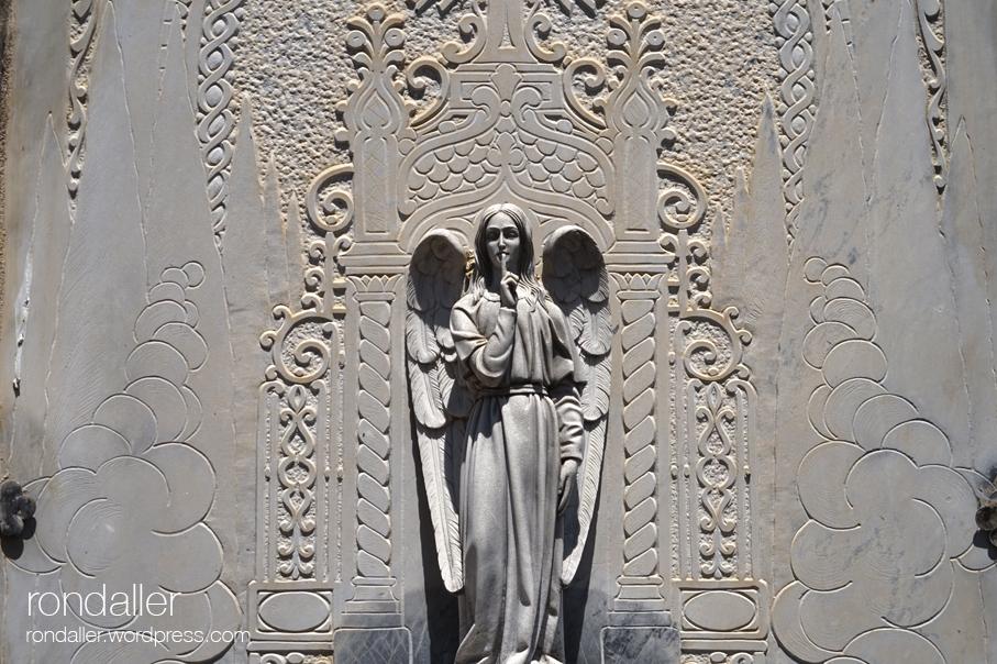 Escultura d'un àngel al Cementiri de Santa Pau. Garrotxa