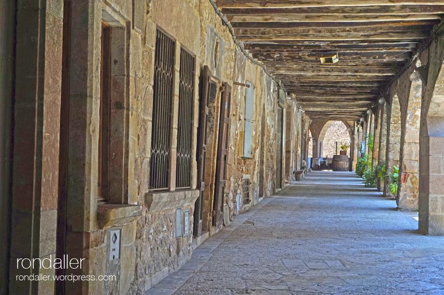 Porxades al Firal dels Bous. Vila medieval de Santa Pau. Garrotxa