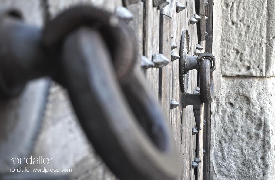Detall de la picaporta al Palau dels Comtes. Primer itinerari per Centelles