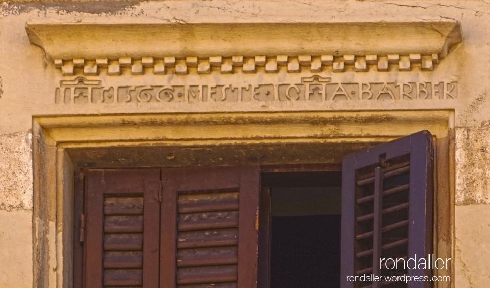Dentell de 1566 amb una inscripció al carrer Socós. Primer itinerari per Centelles