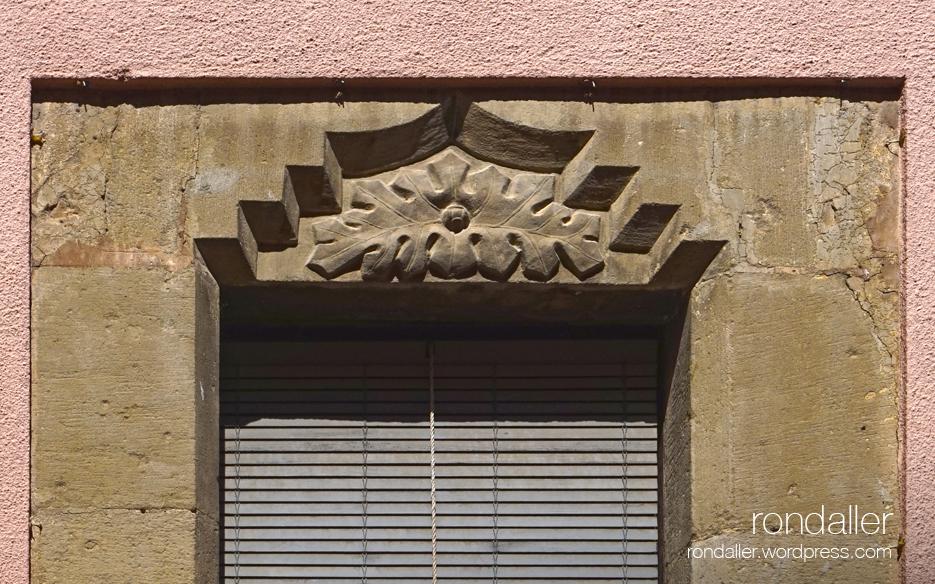 Llinda de finestra al carrer Socós amb unes fulles de card per espantar bruixes.