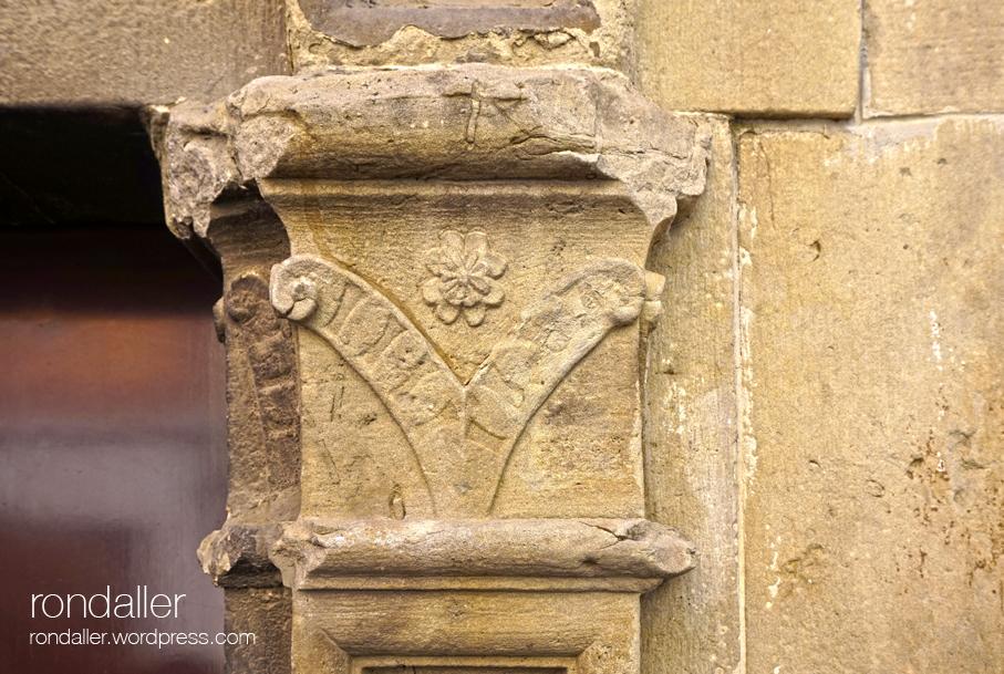 Detall de l'entrada de la capella del Socós de Centelles. Osona