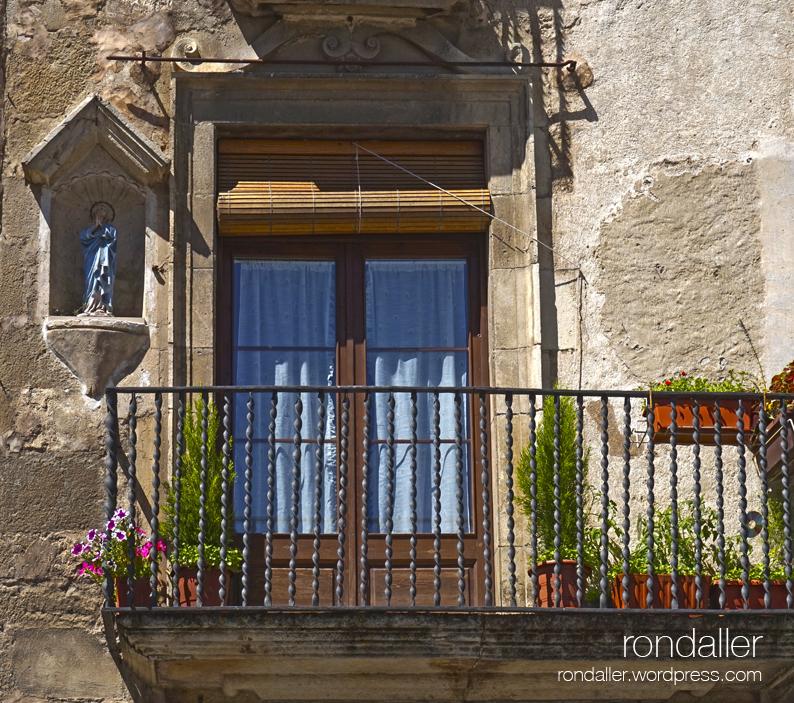 Fornícula amb una imatge, al costat d'un balcó. Primer itinerari per Centelles