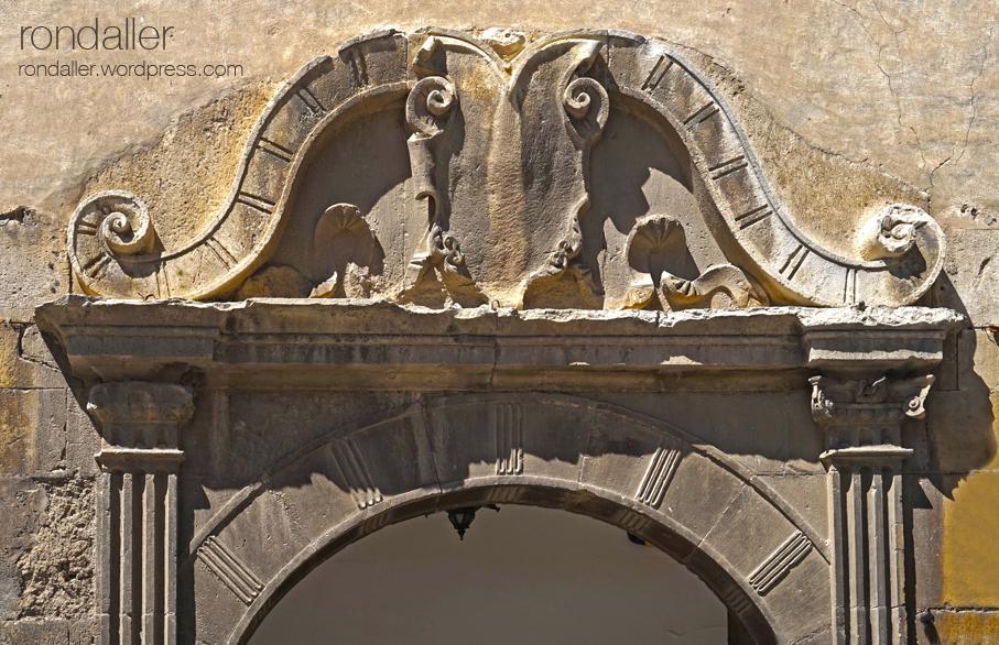 Primer itinerari per Centelles. Portal renaixentista de Can Sors.