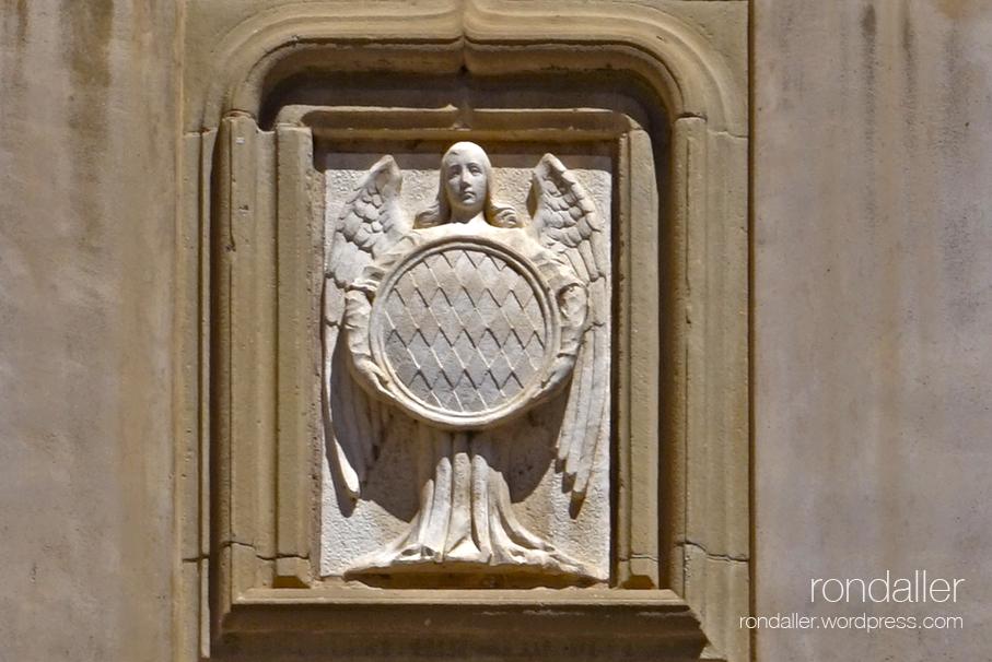 Àngel sostenint l'escut dels comtes de Centelles al Portal Nou.