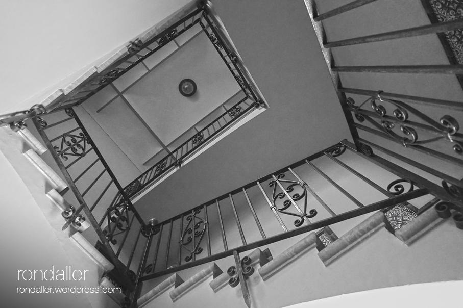 Contrapicat de l'escalinata de la Casa de la Vida. Primer itinerari per Centelles