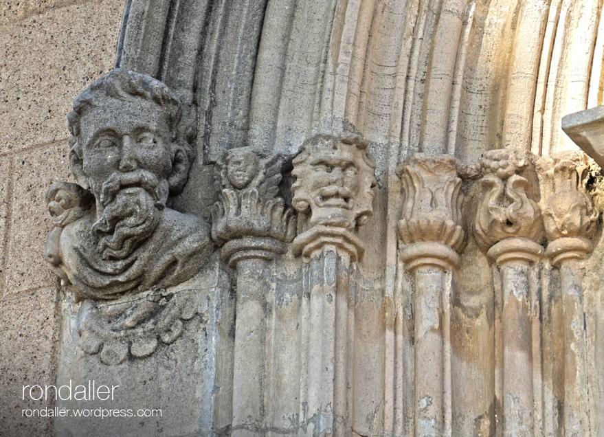 Sant Julià de Palou, Granollers (Vallès Oriental). Detall de la portalada gòtica.