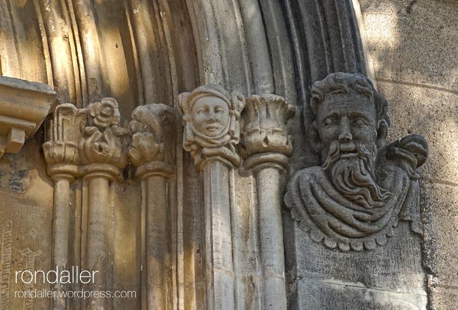 Sant Julià de Palou, Granollers (Vallès Oriental). Detall de caps a la portalada gòtica.