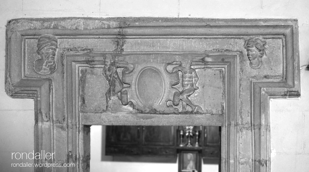Porta renaixentista a l'interior del temple. Granollers (Vallès Oriental).