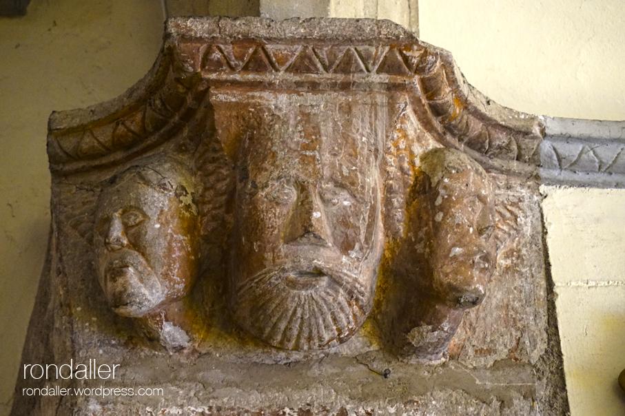 Mènsula amb cares esculpides. Granollers (Vallès Oriental)