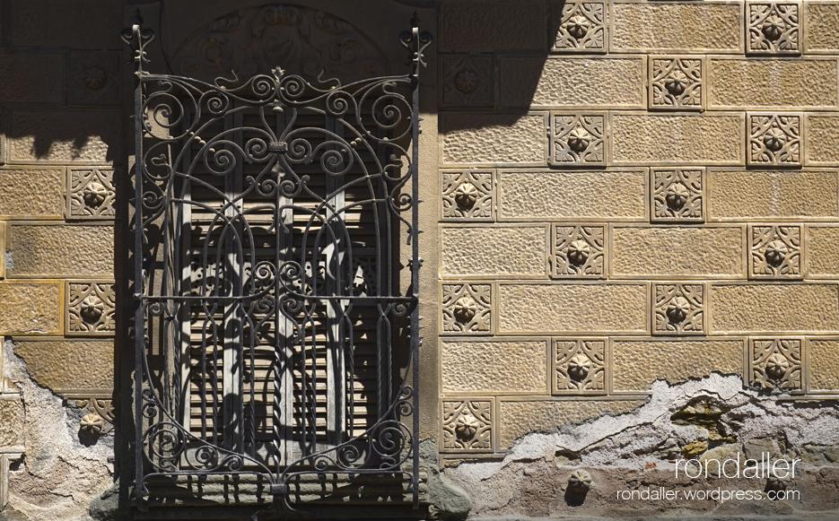Primer itinerari per Centelles. Detall de la decoració de la façana de la Casa Oller, de Manuel Raspall.