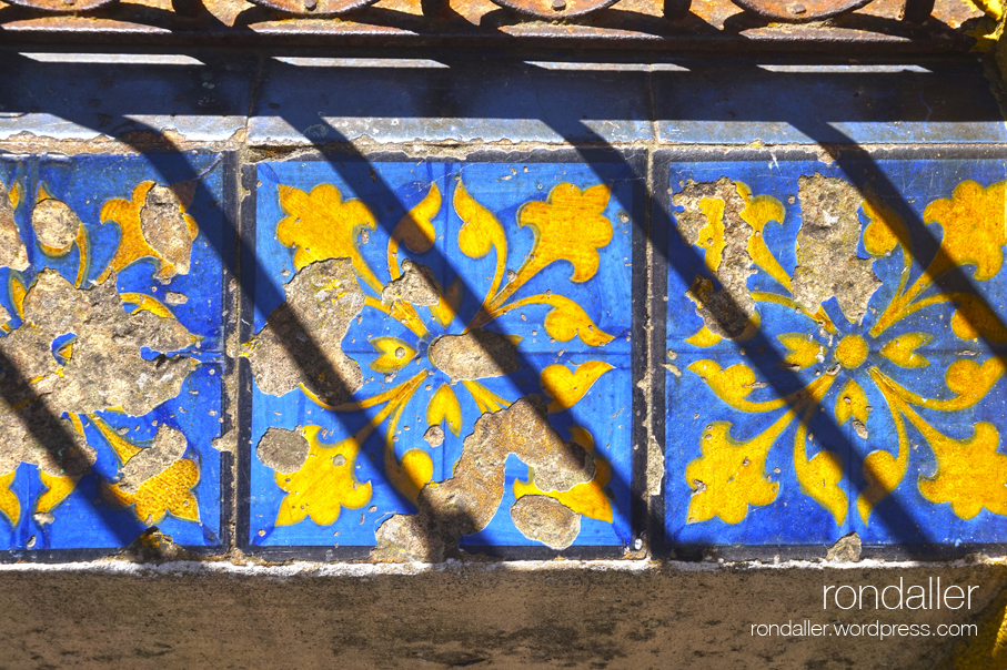 Segon itinerari per Centelles (Osona). Detall de l'enrajolat de la barana exterior de la Casa Pujol.