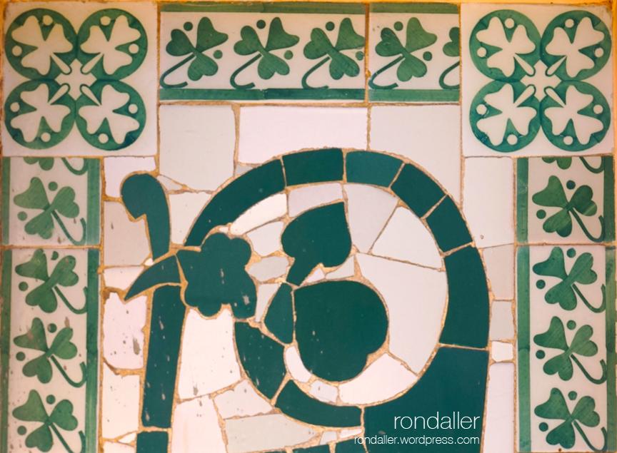 Detall del mosaic modernista que decora la façana de Can Figueres a Centelles (Osona)