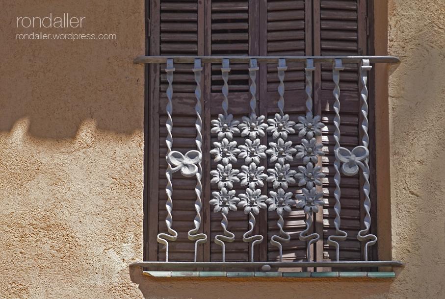 Reixa modernista de forja en un balcó de la Casa Ripoll de Centelles (Osona)