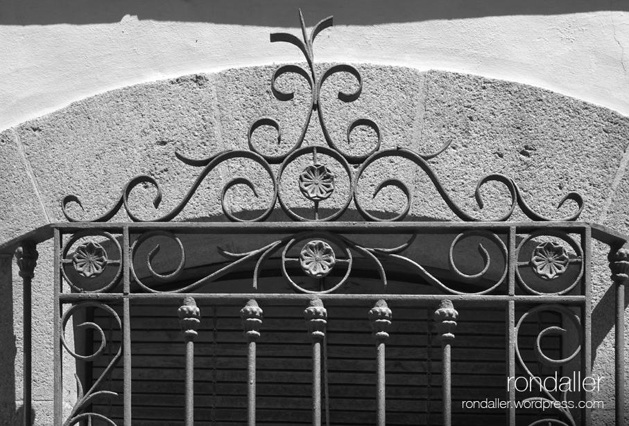 Segon itinerari per Centelles (Osona). Reixa d'una finestra de la Casa Pratmarsó.
