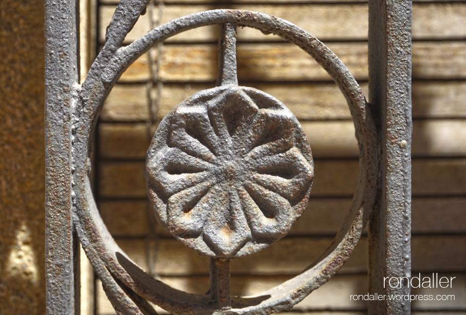 Segon itinerari per Centelles (Osona). Detall de la reixa de forja de la Casa Pratmarsó.