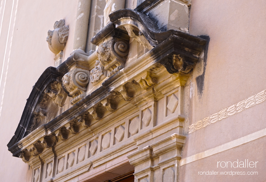 Portal barroc de l'església de Centelles (Osona)