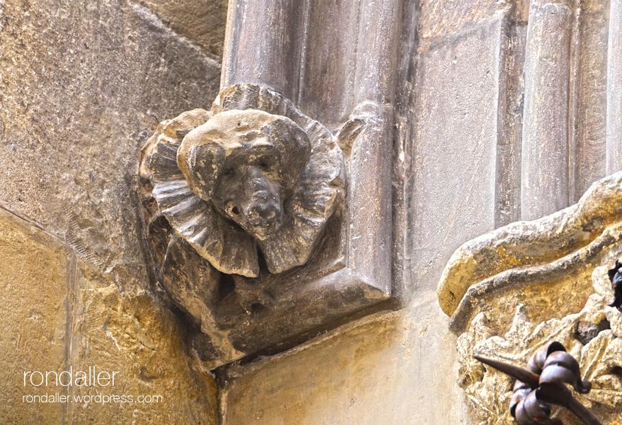 basílica de Santa Maria de Vilafranca del Penedès. Capitell amb el cap d'un gos.