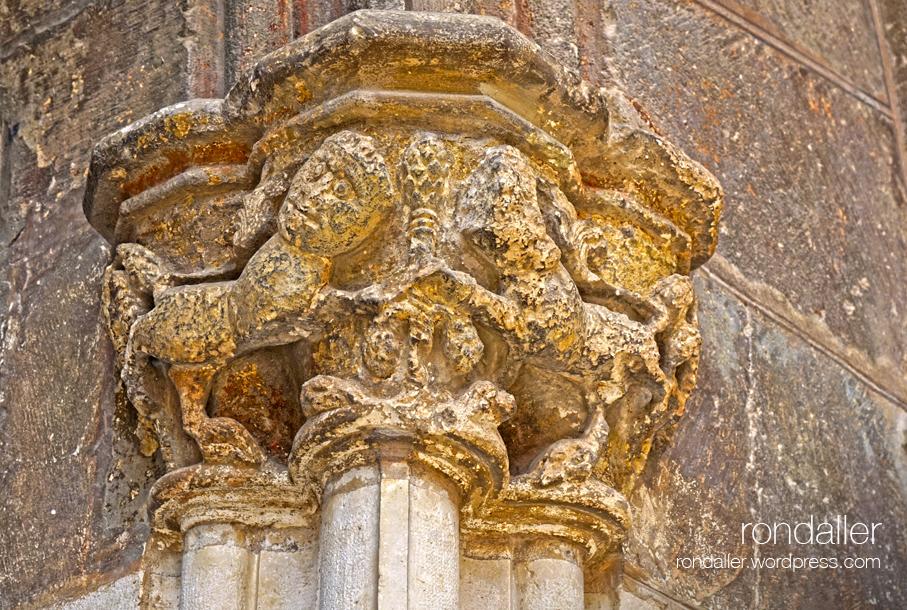 basílica de Santa Maria de Vilafranca del Penedès. Capitell amb dos animals enfrontats.