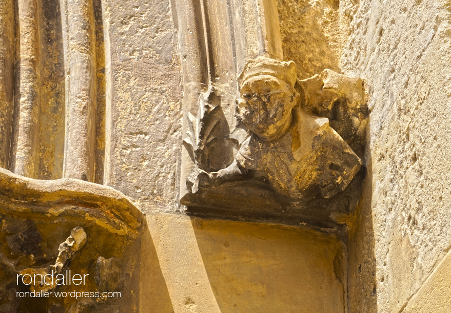basílica de Santa Maria de Vilafranca del Penedès. Detall d'un personatge eclesiàstic esculpit a la porta.