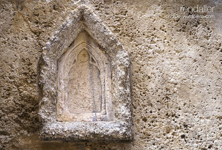 Inscripció a la porta sud de la basílica