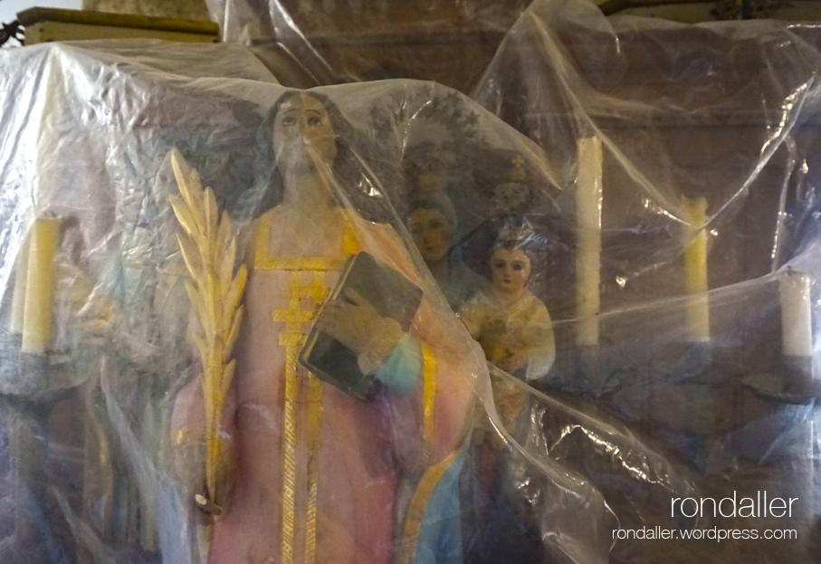 Primer itinerari per Castellterçol (Moianès). Imatges religioses protegides amb un plàstic.