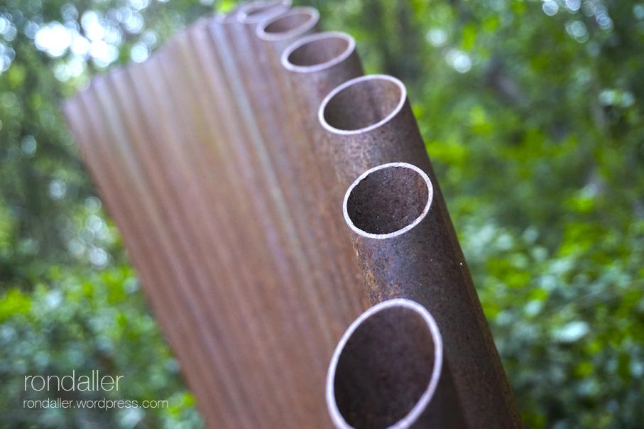Bosc artístic d'Ernest Borràs a Dosrius (Maresme). Escultura de tubs de ferro.