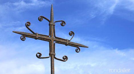Creu de Can Bruguera, situada a la part alta del barri de Valldeix de Mataró, dins el parc del Montnegre.