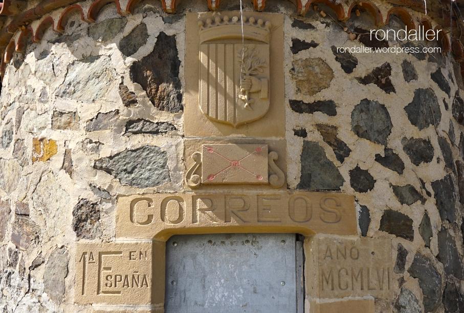 La primera estafeta rural de correus. Valldeix. Porta amb l'escut de Mataró