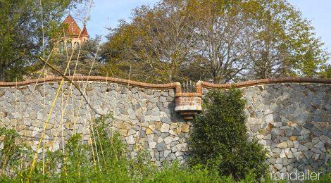 Mur de la tanca exterior del mas de Can Bordoi, a la serralada Litoral, dins el terme de Llinars del Vallès.