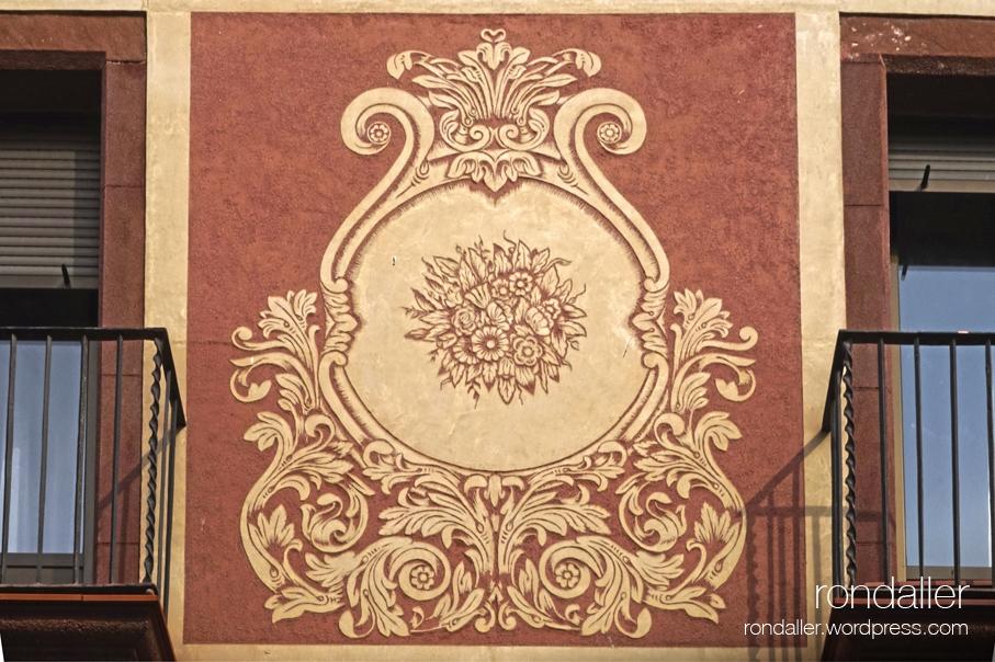 Esgrafiat amb motius florals entre dos balcons de Martorell.