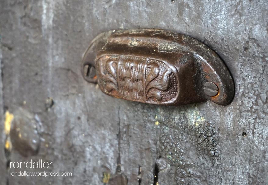 Santuari Santa Afra. Gironès. Vall de Llémena. Pom de la porta.