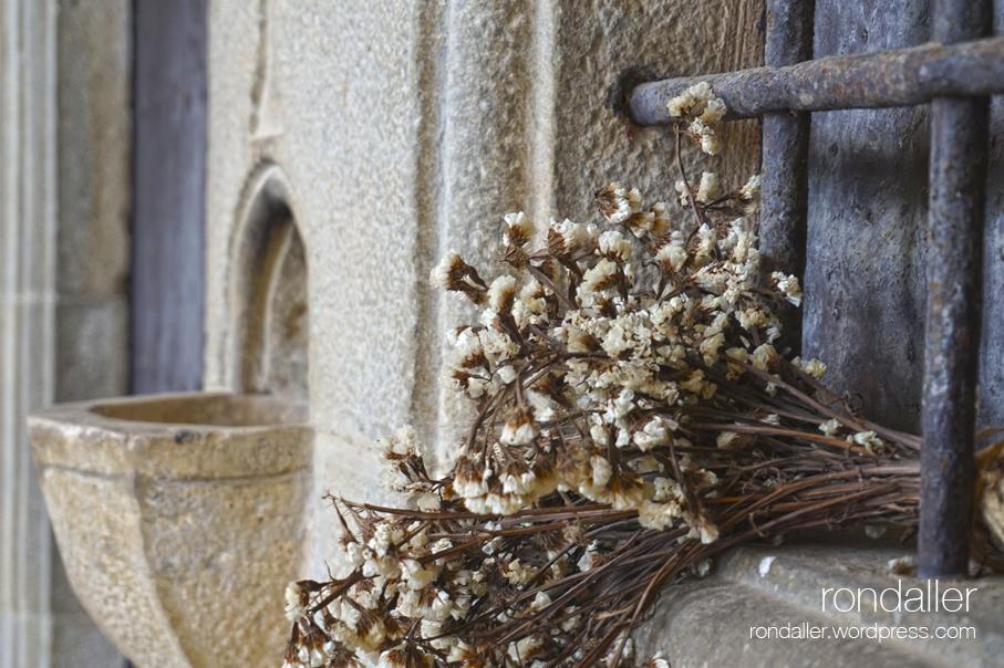 Santuari Santa Afra. Gironès. Vall de Llémena. Ram de flors seques a la finestra.