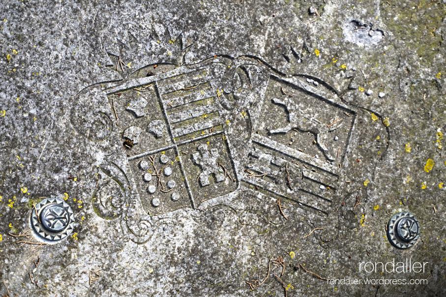 Escuts a la tomba d'Arnau de Marcader al cementiri de Sant Andreu del Far. Parc del Corredor. Dosrius. Maresme
