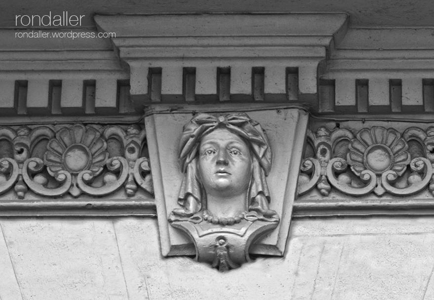 Rostre en un portal del carrer Edison. Itinerari pel barri del Clot. Sant Martí de Provençals (Barcelona).