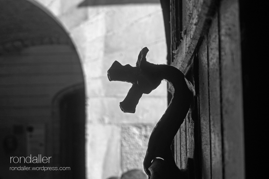 Perfil d'un drac de forja a la porta de la Casa Sambola de Girona.