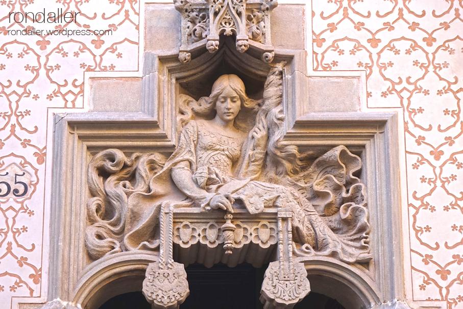 Casa Coll i regàs. Mataró. Maresme. Modernisme. Escultura d'una noia filant a la porta.