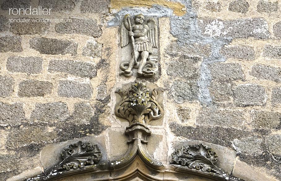 Portalada gòtica de l'església Vella de Sant Andreu de Llavaneres. Maresme.