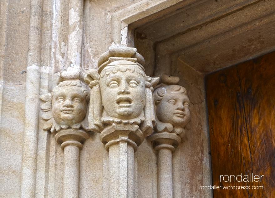 Detall de la portalada gòtica de l'Església Antiga de Sant Andreu de Llavaneres. Maresme.