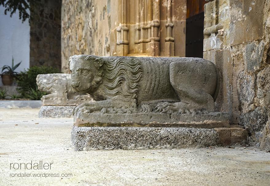 Església de Sant Andreu de Llavaneres. Lleó exempt a la porta.